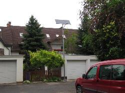 UNK-MONO-16W-2013-KV típusú napelemes kandeláberek biztosítanak közvilágítást Debrecenben a Tessedik Sámuel utcában.