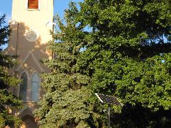 UNK-MONO-4W-2011 típusú napelemes kandeláber üzembe helyezése térvilágítás céljából Székkutason a templom felújítási munkálatainak a keretében.