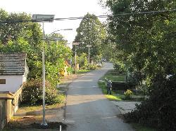 UNK-MONO-8W-2013-KV típusú napelemes kandeláberek üzembe helyezése a Gunarasi úton kerékpárút-átvezetéseknél közvilágítás céljából.