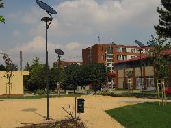 SZNS-MONO-8WD1-2012 típusú napelemes kandeláberek biztosítanak sétányvilágítást Százhalombattán.