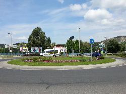 Budaörs, Auchan körforgalom, napelemes díszvilágítás, díszfák súrolófényes megvilágítása autonóm módon.