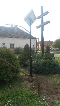 Napelemes térvilágítást biztosít Ebergőc községben UNK-MONO-4W-2011 típusú napelemes kandeláber.