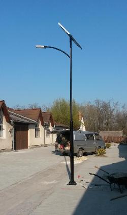Kiskorpádon egy parkoló térvilágítását UNK-MONO-8W-2013 napelemes kandeláber üzembehelyezésével oldották  meg.