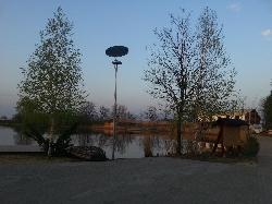 SZNS-MONO-8WD1-2012 napelemes kandeláber biztosítja a térvilágítást Tiszaszőlősön.
